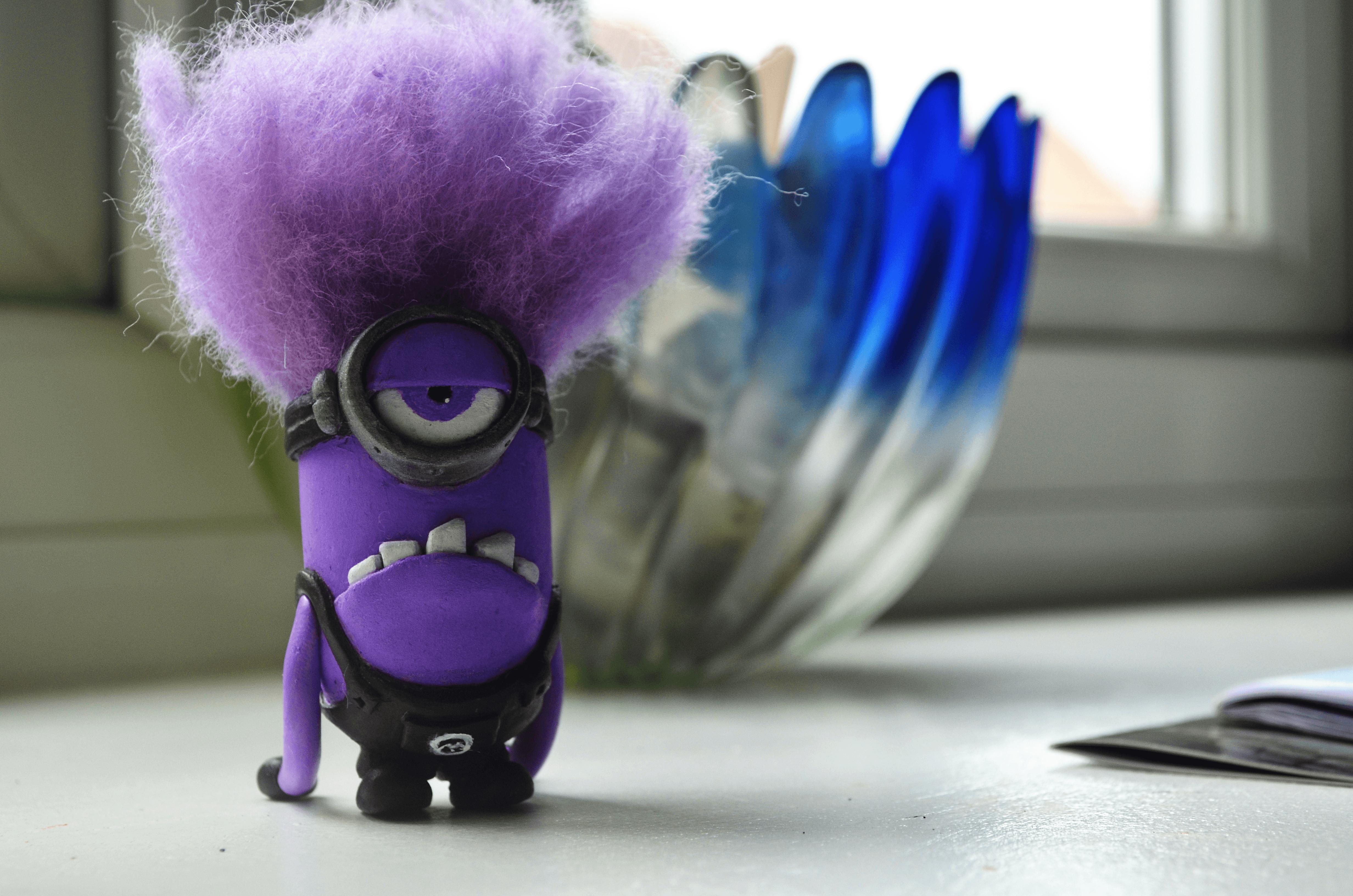 злой фиолетовый миньон картинка девушка пытается попасть